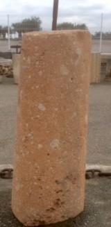 Rulo de piedra rojiza. Mide 56 cm de diámetro x 1.46 cm de alto