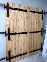 Puerta de madera antigua de pino con 2 hojas. Mide 1.80 cm de ancho x 2.10 cm de alto