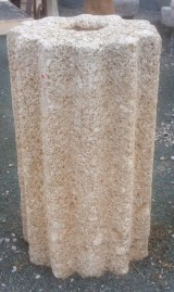 Rulo de piedra viva estriado. Mide 57 cm de diámetro x 1 mt de alto