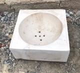 Lavabo de piedra antigua. Mide 32 cm x 32 cm x 14 cm de alto.