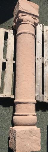 Columna de piedra antigua de una pieza. Mide 1,88 cm de alta.
