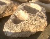 Pilón irregular de piedra roca, muy decorativo en cualquier jardín. Mide 85 cm x 1.35 cm x 60 cm de alto