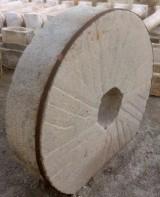 Piedra de molino de piedra viva. Mide 1.30 cm de diámetro x 31 cm de grueso