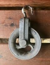 Garrucha de hierro. Mide 14 cm de diámetro x 24 cm de alto