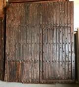 Puerta de madera antigua restaurada. Mide 2,36 cm de ancho x 2.75 cm de alto, y tiene una puerta de paso que mide 93 cm x 1.74 cm.