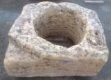 Pozo de piedra caliza. Mide 92 cm x 82 cm x 45 cm de alto, y 58 cm de diámetro interior.
