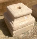 Base de piedra antigua. Mide 30x30x29 cm de alta.