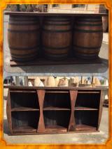 Barra rústica hecha con toneles de vino. Mide 2,14 cm x 38 cm x 1,02 cm alta.