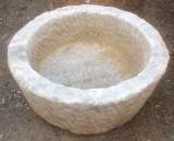 Pila de mármol blanco Macael, abujardada por dentro y por fuera. Mide 47 cm de diámetro x 21 cm de altura.