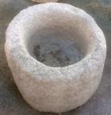 Pilón de granito redondo. Mide 55 cm de diámetro x 45 cm de alto.