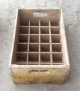 Cajón de madera con separadores. Mide 44 cm x 29 cm x 18 cm de alto