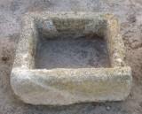 Pila de piedra arenisca. Mide 55 cm x 50 cm x 24 cm de alto.