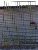 Puerta de hierro cruzado mide 1,65 cm x 2,37 cm alto