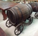 Tina de vino antigua. Mide 1.30 cm x 71 cm x 95 cm de alta. El tonel mide 94 cm x 55 cm de diámetro