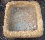 Pila de piedra viva. Mide 46 cm x 45 cm x 19 cm de alta.
