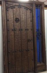 Medidas: 1,31 cm ancho x 2,11 cm alto. Con cerradura y cristal de seguridad. Madera maciza de pino rojo