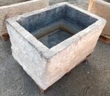 Pilón rectangular de piedra caliza. Mide 87 cm x 64 cm x 50 cm de alto