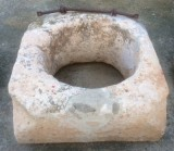 Pozo de piedra arenisca. Mide 83 cm x 80 cm x 35 cm de alto, y de diámetro interior 55 cm.