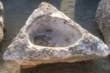 Pilón irregular de piedra roca, muy decorativo en cualquier jardín. Mide 1.20 cm x 1.30 cm x 50 cm de alto