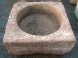 Pilón cuadrado de piedra rojiza mide 82 cm x 80 cm x 39 cm de alto