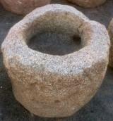 Pilón redondo de granito. Mide 78 cm de diámetro x 59 cm de alto.