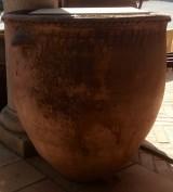 Corcio de barro antiguo. Mide 68 cm diámetro y 75 cm altura.