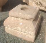 Bases de piedra antigua. Mide 35x35x28 cm de alta.