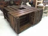 Mesa color nogal hecha con cajas antiguas de fruta, muy practica con ruedas. Mide 80 cm x 80 cm x 40 cm de alta.
