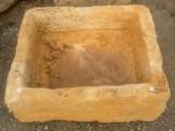 Pila de piedra arenisca. Mide 54 cm x 64 cm x 22 cm de alta.