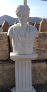 Escultura Romano de mármol con pedestal. Mide: 50 cm ancho x 1.40 cm alto x 30 cm fondo