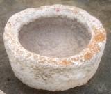 Pilón redondo de piedra arenisca. Mide 53 cm de diámetro x 25 cm de alto