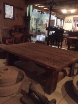 Mesa hecha con trillo antiguo, patas de madera antigua. Mide 1.85 cm de larga x 1.09 de ancha x 50 cm de alta.