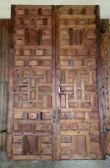 Portón antiguo de cuarterones. Mide 3.14 m de alto x 1.90 cm de ancho. Tiene bisagras de hembra de cuarterones.