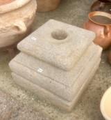 Base de piedra antigua. Mide 35x35x26 cm de alta.