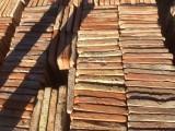 Losa de barro antigua. Mide 21x21x3 cm. Hay 276 Uds = 12,17 m2
