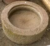Pila de piedra roja. Mide 52 cm de diámetro x 20 cm de alta.