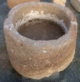Pilón redondo de granito. Mide 85 cm de diámetro x 50 cm de alto