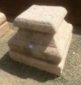 Base de piedra antigua. Mide 33x33x28 cm de alta.