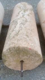 Rulo de piedra viva blanca. Mide 55 cm de diámetro x 1.30 cm de alto.