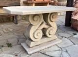 Mesa de piedra con pie tallado. Mide 1,20 cm x 65 cm x 3,5 cm de grueso