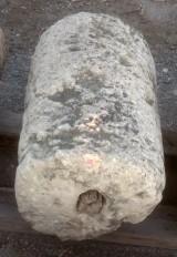 Rulo de piedra caliza muy erosionado. Mide 45 cm de diámetro x 77 cm de alto.