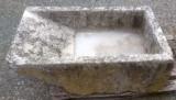 Pila de lavar de piedra antigua. Mide 1.07 cm x 67 cm x 35 cm de alta x 23 cm de profundidad.