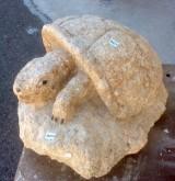 Escultura hecha en piedra natural con cincel y martillo. Mide 40 cm