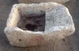 PIla de lavar de piedra antigua, mide 81 cm x 55 cm x 37 cm de alta.