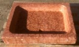 Pila de piedra roja antigua. Mide 60 cm x 80 cm x 13 cm de alto x 9 cm de profundidad.