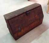 Arcón de madera sin restaurar. Mide 96 cm x 34 cm x 60 cm de alta x 55 cm de altura interior.