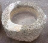Pilón redondo de granito. Mide 66 cm de diámetro x 40 cm de alto.