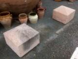 Finales de poste de piedra antigua color rosados. Miden 47x47x37 cm de altos. Se venden juntos.