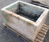 Pilón de piedra caliza antiguo. Mide 95 cm x 70 cm x 55 cm de alto
