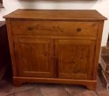Cómoda de madera sin restaurar. Mide 1.16 cm x 55 cm x 1.01 cm de alta